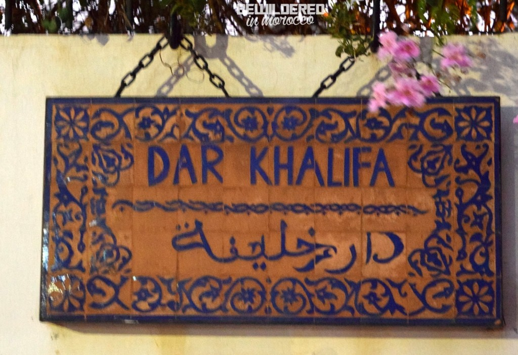 dar khalifa caliph's house caliph riad home writer liza foreman new york times tahir shah idries monika mizinska villa luxury haunted abandoned ghost jinn moroccan morocco dom kalifa pisarza interior design sofa kanapa teatable office bookshelf bookstore library czytelnia