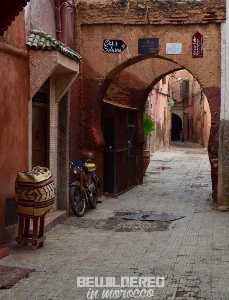 marrakesh marrakech marakesz ryanair tanie loty cheap flights budget airport morocco medina old town market bazaar souk suk rooftop danger tiny alley blind street zafo