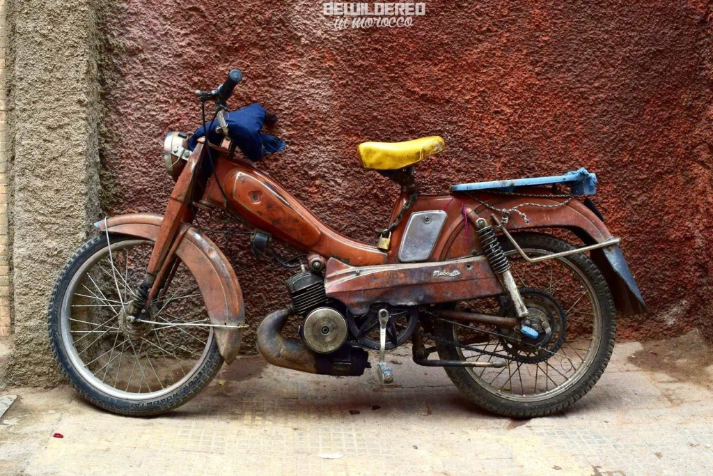 marrakesh marrakech marakesz ryanair tanie loty cheap flights budget airport morocco medina old town market bazaar souk suk rooftop danger tiny alley blind street zafo tuctuc docket motorbike motorynka komarek
