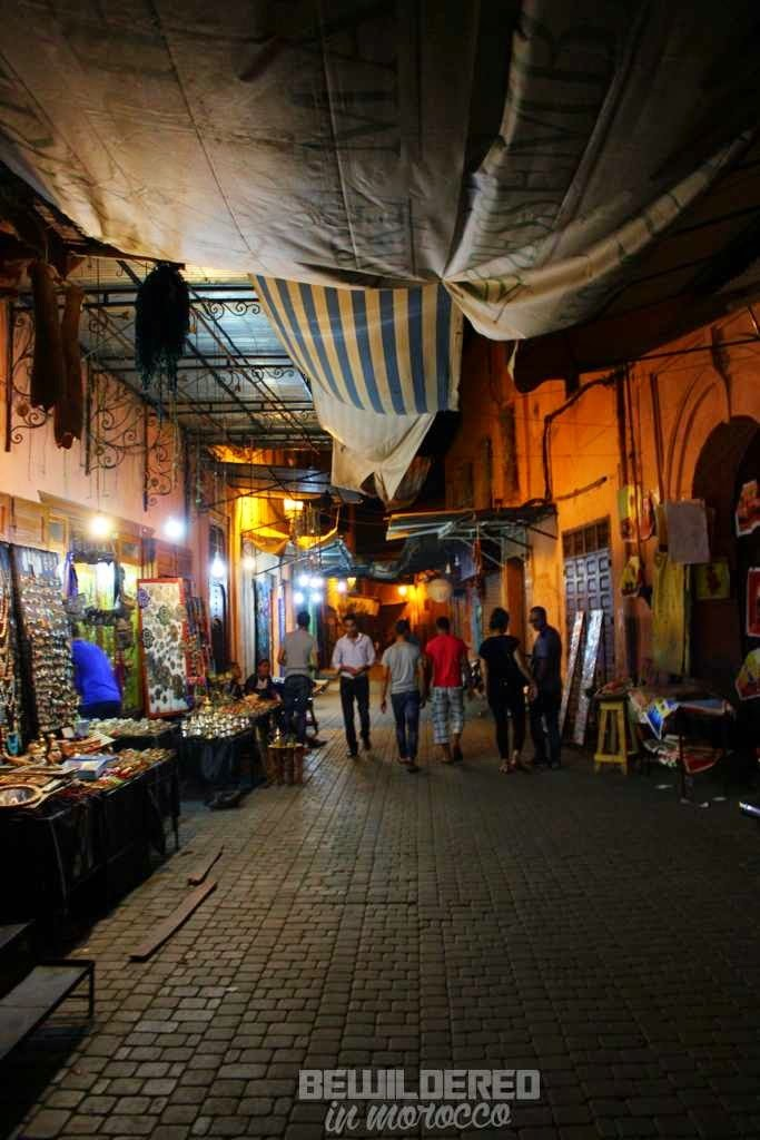 marrakesh marrakech marakesz ryanair tanie loty cheap flights budget airport morocco medina old town market bazaar souk suk rooftop danger tiny alley blind street zafo marocmama buy carpet rug rugs iranian cotton landscape nightscape light at night fotograf photographer